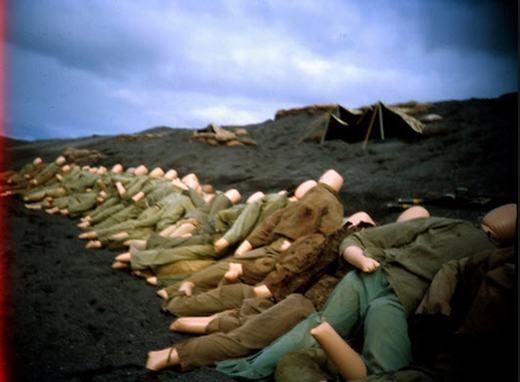 ...và cả những người lính trên chiến trường.(Ảnh: Internet)