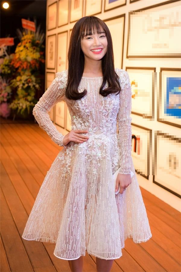 Trên thảm đỏ của show diễn kỉ niệm 5 năm làm nghề của nhà thiết kế Chung Thanh Phong, Angela Phương Trinh và Nhã Phương cùng chọn chất liệu xuyên thấu gợi cảm. Tuy nhiên, nếu như bà mẹ nhí hiện đại, táo bạo với phom váy ôm sát thì nữ diễn viên 49 ngàylại khá cổ điển, nhẹ nhàng trong phom váy xòe điệu đà.