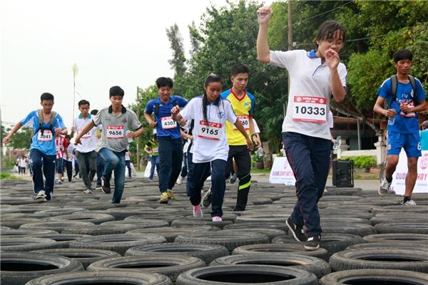 Hơn 7000 bạn trẻ đã cùng bạn bè trải nghiệm chặng đường 5km đầy thử thách với nhiều chướng ngại vật khó nhằng. - Tin sao Viet - Tin tuc sao Viet - Scandal sao Viet - Tin tuc cua Sao - Tin cua Sao