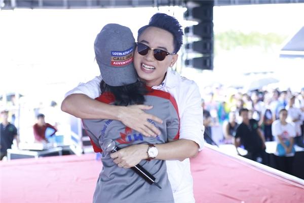 Anh chàng tinh quái - Trúc Nhân hạnh phúc cười hớn hở khi ôm một fan nữ. - Tin sao Viet - Tin tuc sao Viet - Scandal sao Viet - Tin tuc cua Sao - Tin cua Sao