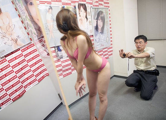 Hằng ngày có rất nhiều cô gái đến tham gia buổi tuyển dụng của Kobori.