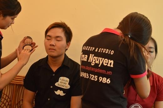 Các thí sinh đang gấp rút chuẩn bị trước giờ thi với sự hỗ trợ của nhà bảo trợ make up và làm tóc - trung tâm Tina Nguyễn.