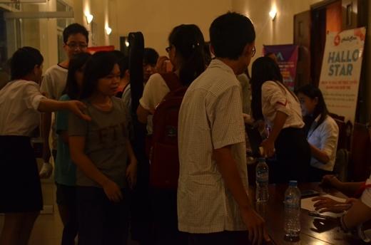 Các khán giả đến từ sớm check in để theo dõi chương trình. Dự kiến đã có hơn 500 người đến tham dự và phủ kín hội trường Học viện Thanh thiếu niên HN.