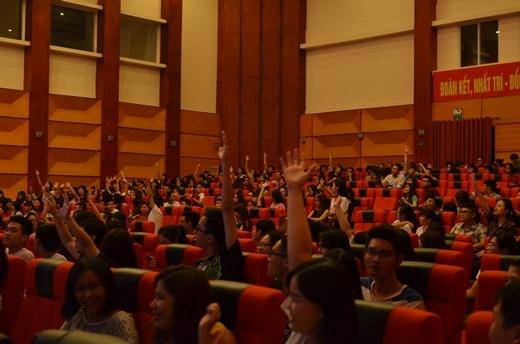 Khán giả thích thú tham dự trò chơi đoán nhạc của BTC trong lúc chờ công bố top 5 của chương trình.