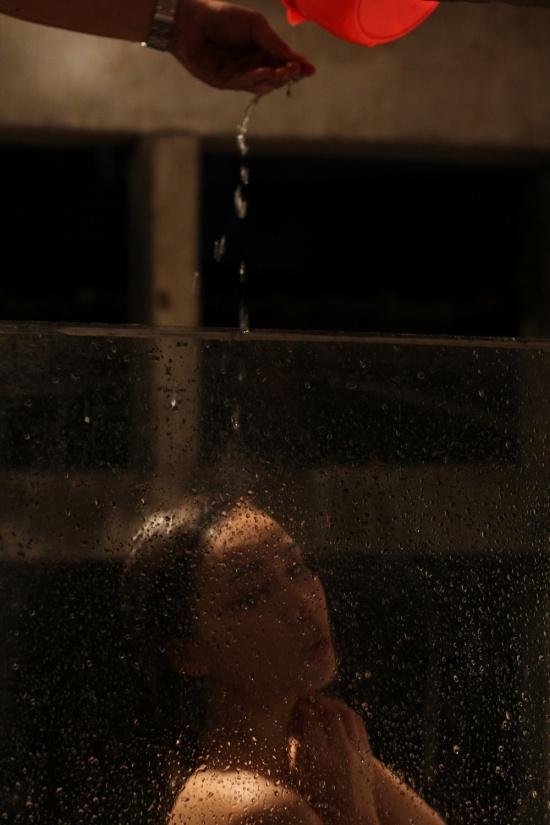 Giang Hồng Ngọc đã nhanh trí nhắn trợ lí tìm một tấm kiếng và cùng ê kíp tạo nên những cảnh quay mờ ảonhư đang trong phòng tắm.Bên cạnh đó, cả ê kíp đã phải dội hơn 100 gáo nước lên tóc và người của Giang Hồng Ngọc để có được cảnh quay như ý. - Tin sao Viet - Tin tuc sao Viet - Scandal sao Viet - Tin tuc cua Sao - Tin cua Sao