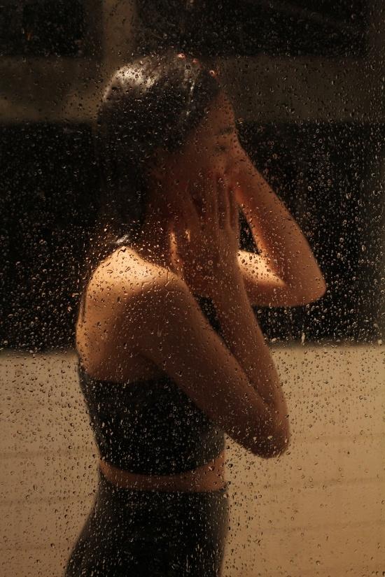 Vì quay trong một căn nhà ở ngoại ô và di chuyển bối cảnh nhiều nên ê kíp đã không tìm được một phòng tắm như ý. - Tin sao Viet - Tin tuc sao Viet - Scandal sao Viet - Tin tuc cua Sao - Tin cua Sao