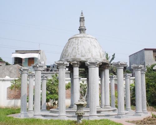 """Công trình được đặt tên là """"vườn treo Babylon"""" gồm 3 bậc sàn bằng đá, 24 cột đá và một mái đá lớn. Ông Khánh coi đây là nơi nghỉ ngơi, thưởng trà."""