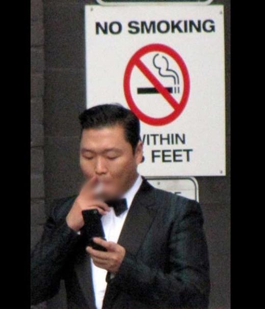 Tháng 11/2012, trang TMZ Mỹđã đăng tải hình ảnh xấu xí của Psy khi anh thản nhiên châm thuốc hút tại khu vực cấm bên ngoài tòa nhà tại Toronto. Sự việc khiến chủ nhân hit Gangnam Style bị chỉ trích dữ dội và nhiều ngườicho rằng Psy thiếu văn hóa,do nổi quá nhanh nên đã quên mất việc giữ hình tượng trước công chúng.