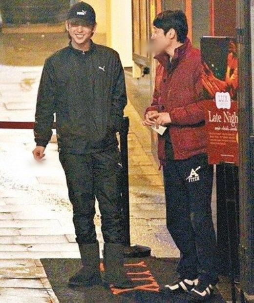 Kim Ki Bum từng bị truyền thông Trung Quốc làm cho bẽ mặtvì hình ảnh của anh bên ngoài quán bar tại Lan Quế Phường trong thời gian ghi hình tại đây đã xuất hiện ngập tràn internet. Theo ghi nhận, thành viên Super Junior ra ngoài để hút thuốc vàchỉ trong 2 tiếng đồng hồ, nam thần tượng đã đốt không dưới 5 điếu, thậm chícòn bị phê bình xả rác bừa bãi.