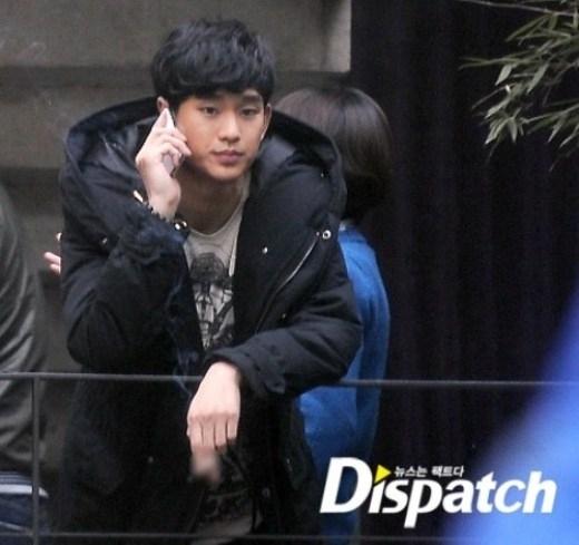 """Kim Soo Hyun từng gây sốc cộng đồng fan khi tự tay đăng ảnh hút thuốc trên blog cá nhân, nam diễn viên thành thật chia sẻ về """"chỉ tiêu"""" nửa gói thuốc một ngày. Lần khác, Dispatch theo chân Kim Soo Hyun và nhanh chóng """"chộp"""" được khoảnh khắc anh xả stress bằng thuốc lá."""