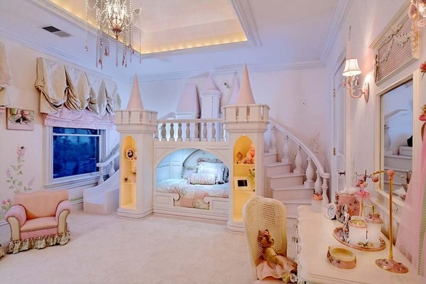 Căn phòng giống như trong truyện cổ tích với chiếc giường hình tòa lâu đài thu nhỏ.