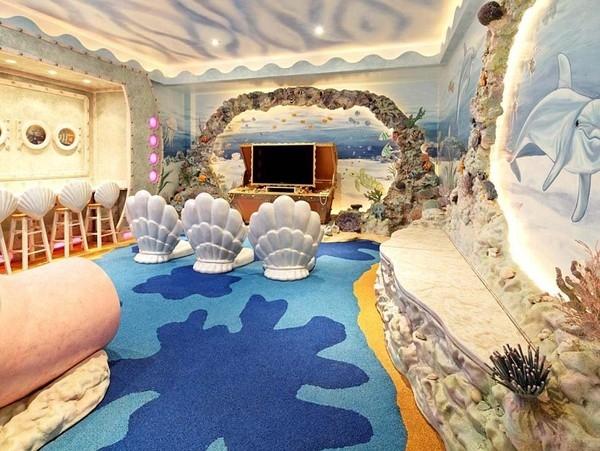 Phòng ngủ hiện đại này còn có cả khu sân khấu hiện đại và quán cafe mini để phục vụ cô công chúa mê ca hát và những người bạn của mình.
