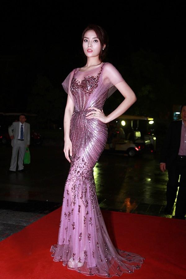 Trong khi đó, sắc tím hồng lại mang đến vẻ ngoài ngọt ngào nhưng không kém phần thu hút cho Hoa hậu Việt Nam 2014 - Kỳ Duyên.