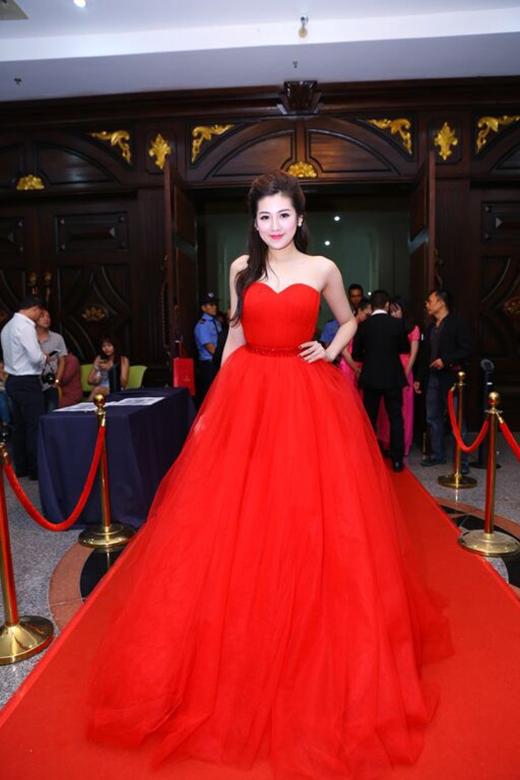 Á hậu Tú Anh cũng không hề kém cạnh các mĩ nhân khi chọn diện bộ váy xòe điệu đà có tông đỏ ruby rực rỡ, nổi bật.