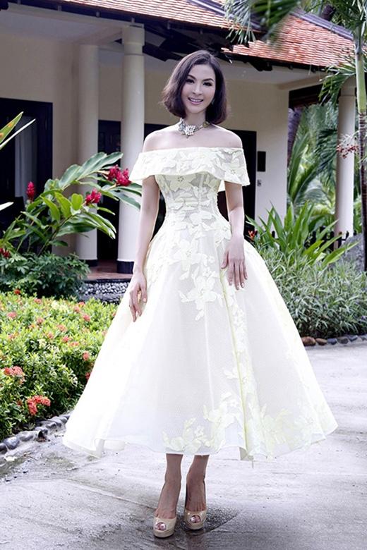 Dù đã ở tuổi 42 nhưng nữ diễn viên Thanh Mai luôn khiến người đối diện bất ngờ với vẻ ngoài quá trẻ so với tuổi thật. Trong buổi tổng duyệt Hoa hậu Hoàn vũ Việt Nam 2015, cô diện bộ váy xòe trễ vai điệu đà kết hợp giữa ren, lưới, voan lụa nhẹ nhàng.