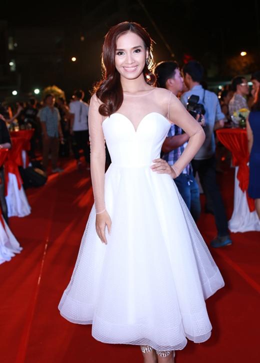 Sau những bộ cánh khá táo bạo, cá tính, Ái Phương bất ngờ điệu đà, kín đáo khi chọn diện chiếc váy trắng xòe kín cổng cao tường trong một sự kiện được tổ chức vừa qua tại TP.HCM.