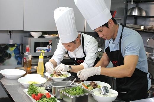 Cả hai hăng hái chế biến món ăn đặc biệt dành tặng cho gia đình Lý Hải.