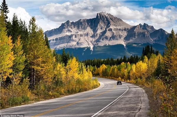 Dãy Rockies ở Canada đẹp ngoạn mục vào mùa thu.