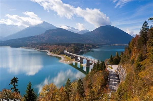 Hồ Sylvenstein ở Bavaria, Đức đẹp như một bức tranh.