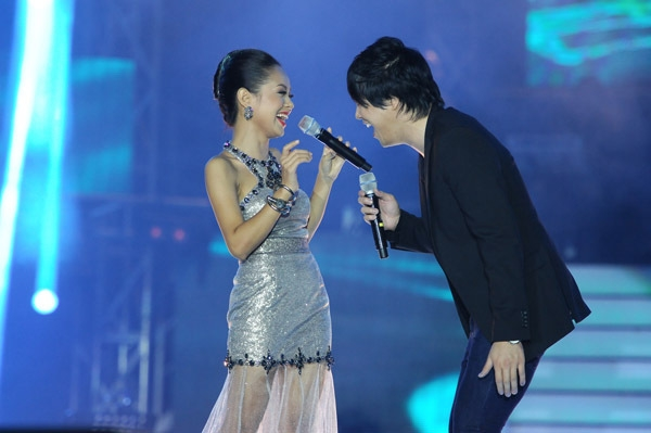 Hoàng Quyên song ca cùng Thanh Bùi trong đêm chung kết Vietnam Idol 2012. - Tin sao Viet - Tin tuc sao Viet - Scandal sao Viet - Tin tuc cua Sao - Tin cua Sao