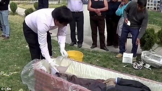 Bác sĩ Edgar mở xác ướp của anh trai mình. (Ảnh chụp màn hình)