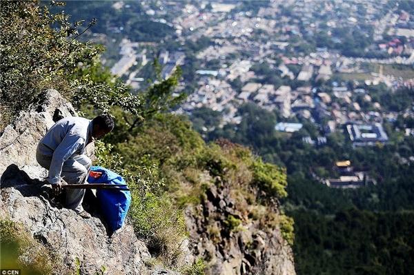 Nhóm công nhân vệ sinh xứng đáng nhận được sự kính trọng vì ý thức giữ gìn môi trường núi sạch đẹp. (Nguồn: Daily Mail)