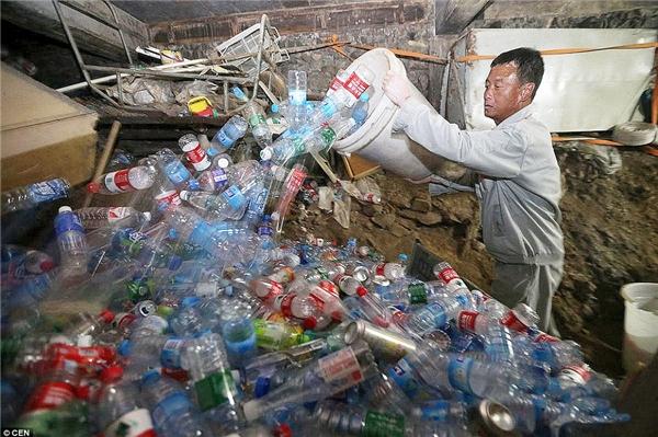 Họ đã nhặt được 6 tấn rác do hơn 72.000 du khách thải ra trong 2 ngày đầu của kì nghỉ lễ Quốc khánh Trung Quốc – ngày 1 và 2/10.(Nguồn: Daily Mail)