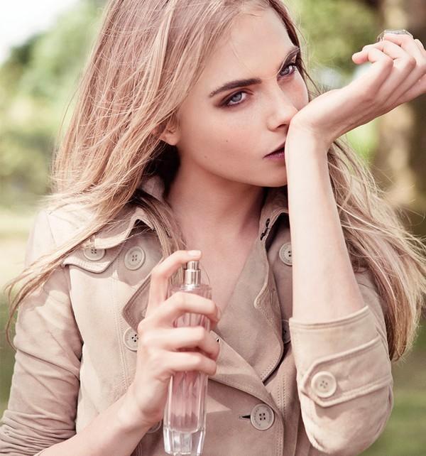 Tránh chà xát cổ tay để không làm vỡ các tinh thể trong nước hoa
