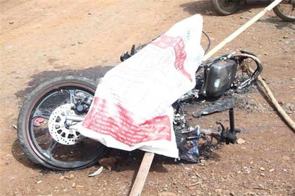 Chiếc xe máy của 2 thanh niên cháy rụi. Ảnh:M.Q