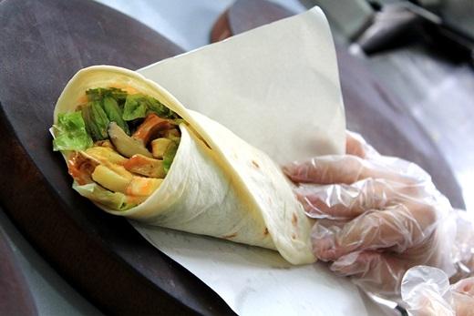 Xe bánh mì cuộn Hi Lạp ở đường Hoàng Hoa Thám này đã quá nổi tiếng. Ai mà không mê hương vị là lạ, ngon ngây ngất của thịt nướng thơm lừng kẹp chung với các loại rau, cà chua, khoai tây chiên cùng nước sốt đặc biệt của món này nhỉ?(Nguồn: Internet)