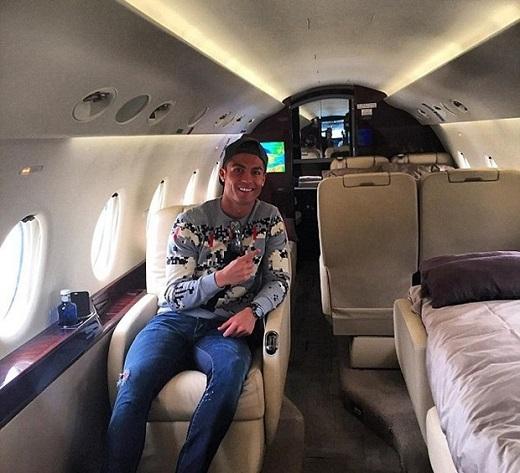 Dù thi đấu nhạt nhòa ở trận derby thành Madrid, ngôi sao người Bồ Đào Nha vẫn khá vui vẻ trên chuyến bay trở về quê nhà. (Ảnh: Internet).