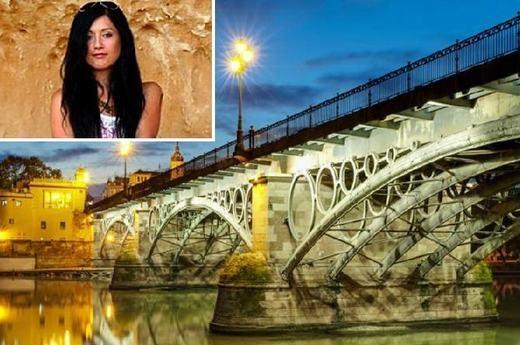 Sylvia Rajchel, 23 tuổi người Ba Lan đã thiệt mạng khi chụp ảnh trên cây cầu biểu tượng Puente de Triana ở phía nam Tây Ban Nha. Nữ sinh này đã cố gắng bám vào rìa ngoài thành cầu để chụp ảnh nhưng chẳng may bị rơi xuống. Hậu quả là toàn thân cô bị đập vào móng cầu rồichết sau đó do vết thương quá nặng. (Ảnh: Internet)