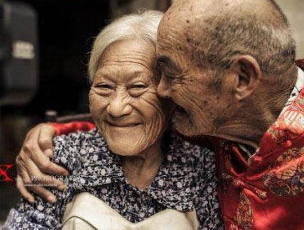 Dùkhông còn xinh đẹp, tươi trẻ nhưng sự sống vẫn tràn đầy giữa cặp đôi cụ ông, cụ bà này.