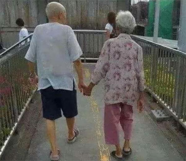 """Nắmtay nhau đi tới """"cuối con đường""""."""