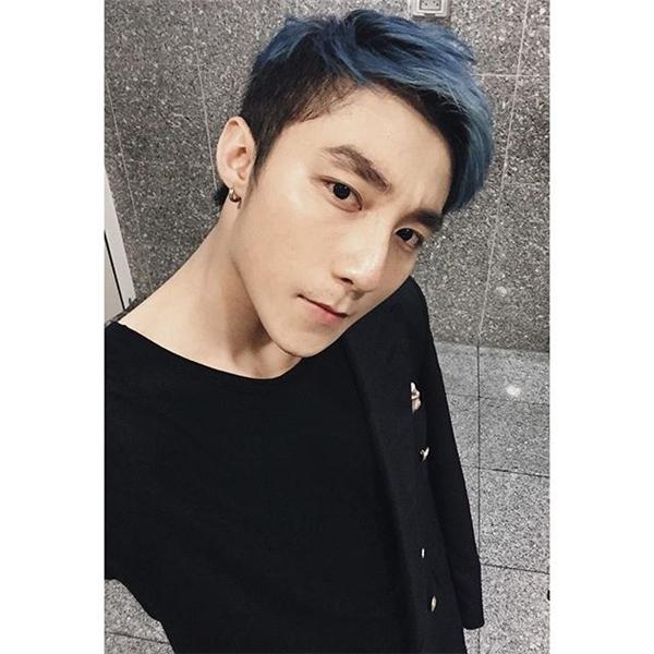 Trước đó, anh từng xuất hiện với kiểu tóc được nhuộm xanh vô cùng hợp mốt.