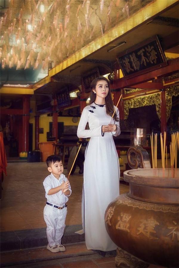 Bà mẹ trẻ cũng thường xuyên chia sẻ những hình ảnh dễ thương của con trai và nhận được rất nhiều sự quan tâm từ cộng đồng mạng. - Tin sao Viet - Tin tuc sao Viet - Scandal sao Viet - Tin tuc cua Sao - Tin cua Sao