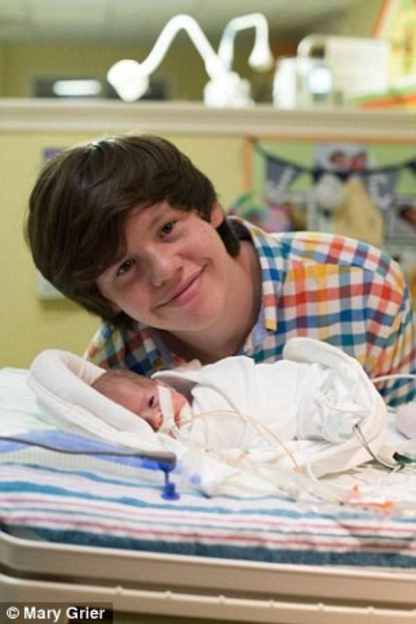 Brad hạnh phúc chơi đùa cùng con trong bệnh viện.