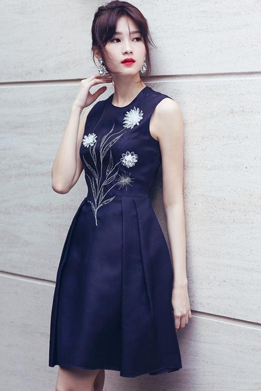 Hoa hậu Đặng Thu Thảo nhẹ nhàng nhưng vẫn thu hút trong chiếc váy đen xòe cổ điển có chi tiết hoa thêu tay. Dường như với bất kì trang phục hay phong cách thời trang nào, Hoa hậu Việt Nam 2012 đều thu hút ánh nhìn người đối diện bởi vẻ sang trọng, quý phái.