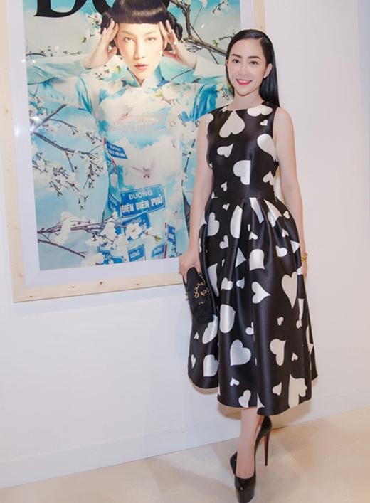 Linh Nga diện váy xòe cổ điển với điểm nhấn là họa tiết trái tim tông trắng tương phản với nền đen. Được biết, đây là mẫu thiết kế nằm trong bộ sưu tập Thu - Đông 2015 của nhà thiết kế Đỗ Mạnh Cườngsẽ được trình làng vào trung tuần tháng 12 tới tại Thủ đô Hà Nội.