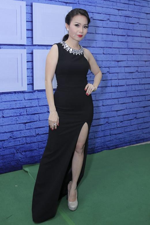 Cẩm Ly gây bất ngờ cho khán giả với vẻ ngoài gợi cảm khi chọn diện bộ váy xẻ tà cao trên ghế nóng Giọng hát Việt nhí 2015. Thiết kế còn tạo nên sự thu hút bởi chi tiết ánh kim được đính kết xung quanh cổ.
