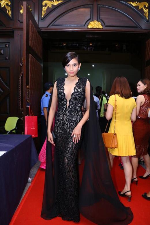 Chất liệu ren mỏng kết hợp voan lụa mềm mạithể hiện sự thanh thoát, nhẹ nhàng của á hậu Trương Thị May trên thảm đỏ chung kết Hoa hậu Hoàn vũ Việt Nam 2015.