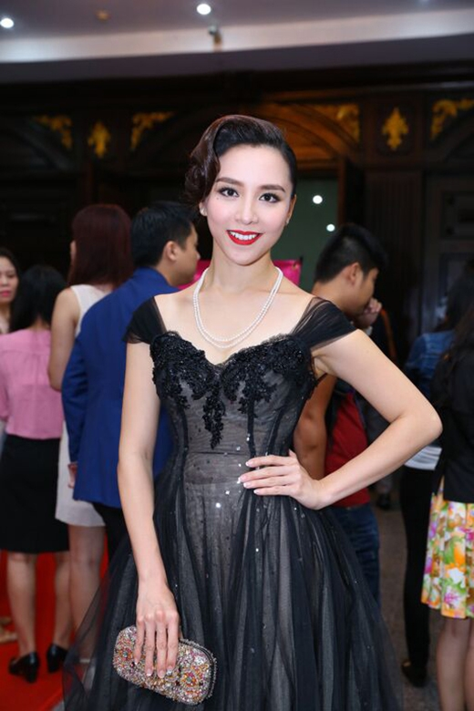Á hậu Dương Trương Thiên Lý cũng chọn trang phục có sắc đen sang trọng khi cùng tham gia sự kiện này nhưng với phom váy xòe rộng.