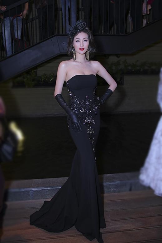 Cùng chọn phong cách cổ điển, nếu như Angela Phương Trinh thể hiện tinh thần trẻ trung với váy mullet thì diễn viên Khánh My lại ngọt ngào, quyến rũ khi khoe khéo đường cong trong chiếc váy đuôi cá ôm sát.