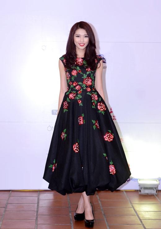 Quỳnh Châu diện bộ váy có họa tiết hoa hồng làm điểm nhấn của nhà thiết kế Đỗ Mạnh Cường trong một đêm tiệc thuộc khuôn khổ Hoa hậu Hoàn vũ Việt Nam 2015.