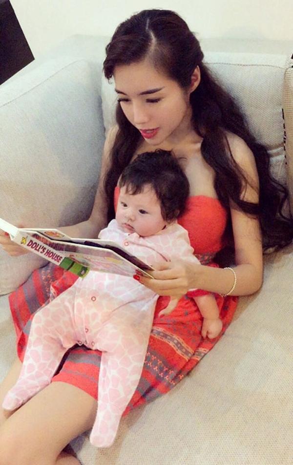 Elly Trần dành rất nhiều sự quan tâm, chăm sóc cho cục cưng của mình. - Tin sao Viet - Tin tuc sao Viet - Scandal sao Viet - Tin tuc cua Sao - Tin cua Sao