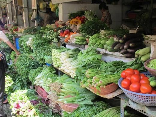Tại nhiều chợ đầu mối trên địa bàn Hà Nội, thấy nhiều mẫu rau có tỷ lệ tồn dư thực vật cao, vượt ngưỡng cho phép khoảng 10%. Ảnh: DN