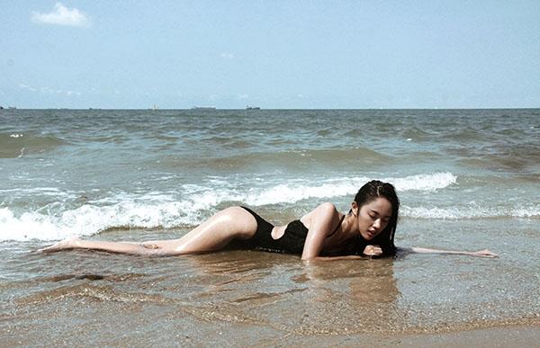 Mĩ nhân của Hoài Lâm khoe dáng nuột nà trên bờ biển