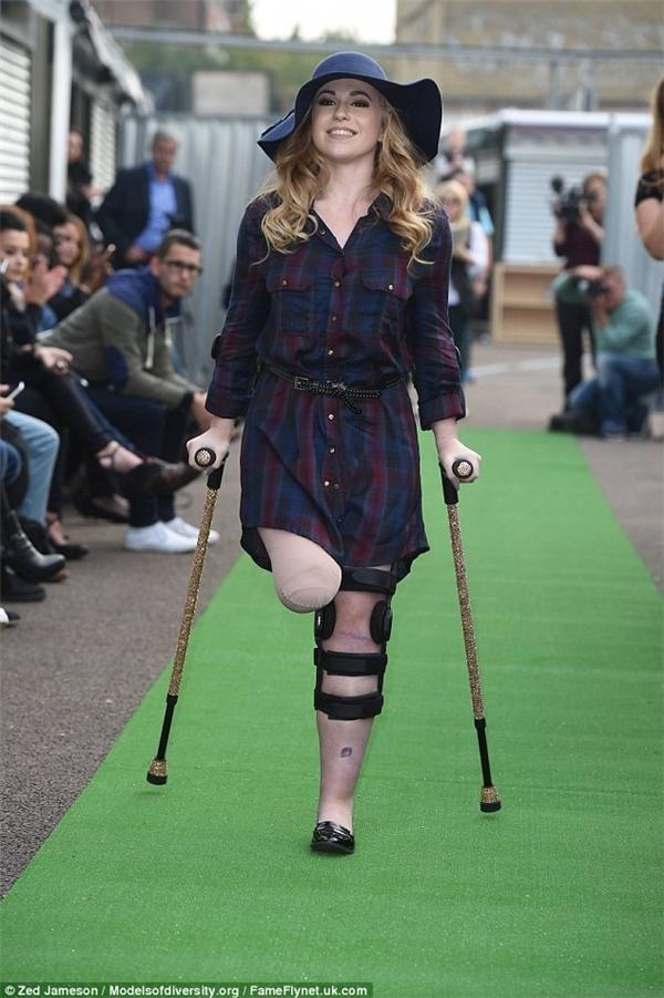 Mặc dù chỉ còn một chân, Vicky Balch vẫn tự tin trình diễn thời trang.