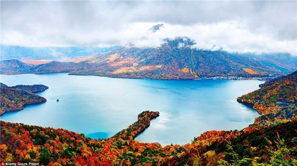 Khung cảnh thần tiên tại đỉnh Nantai và hồ Chuzenji ở Nikko, Nhật Bản.