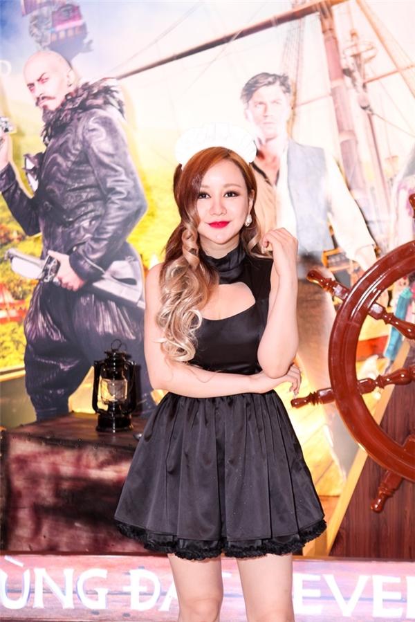 """Việt Nga xuất hiện tại buổi ra mắt phim với gu thời trang """"độc lạ"""". - Tin sao Viet - Tin tuc sao Viet - Scandal sao Viet - Tin tuc cua Sao - Tin cua Sao"""